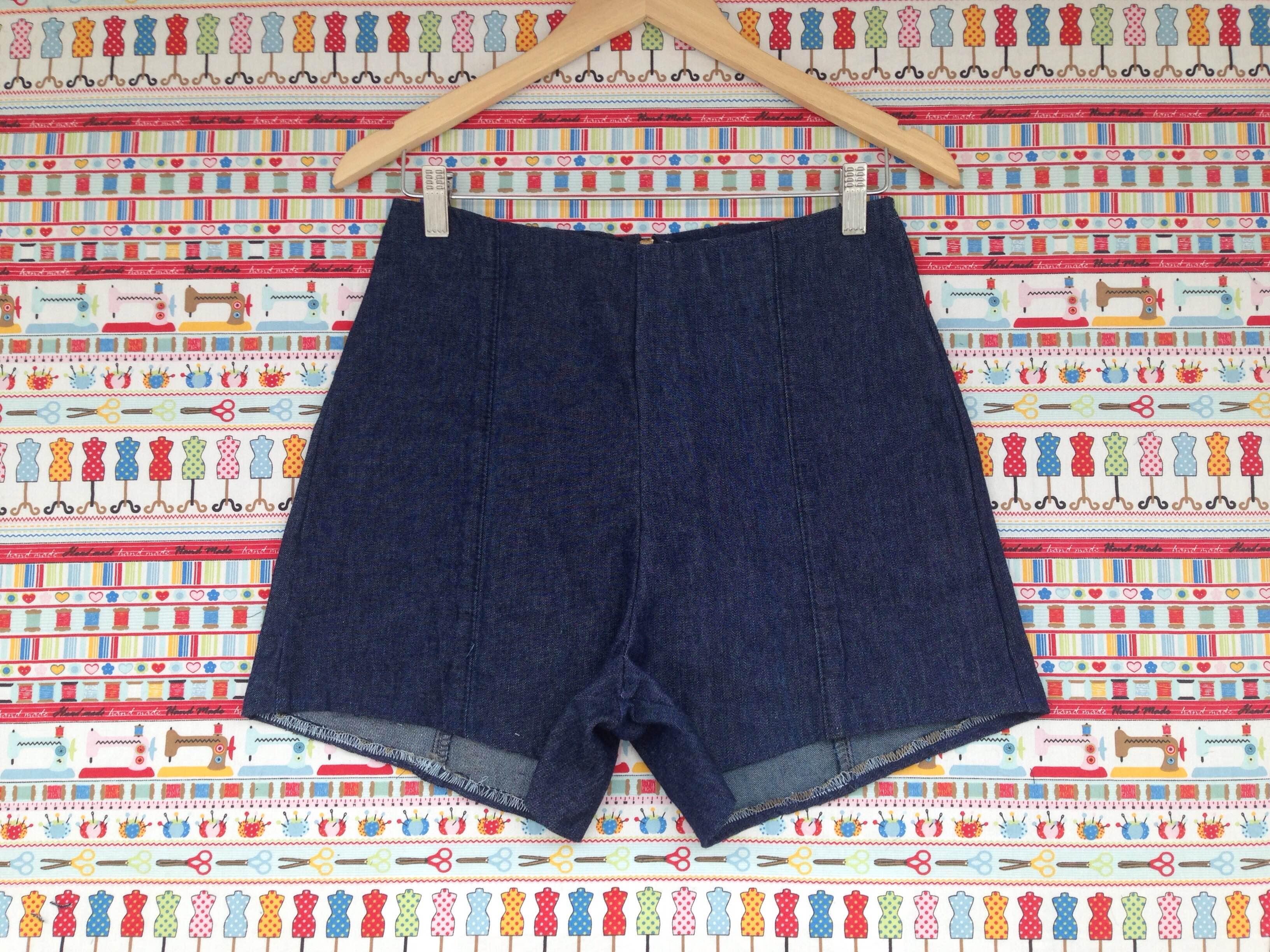 aa04342f65 Sabe aquelas calças que você não utiliza mais  Que tal aproveitar as pernas  da calça jeans para criar um shorts de cintura alta!  A Suellen Redesign  criou ...